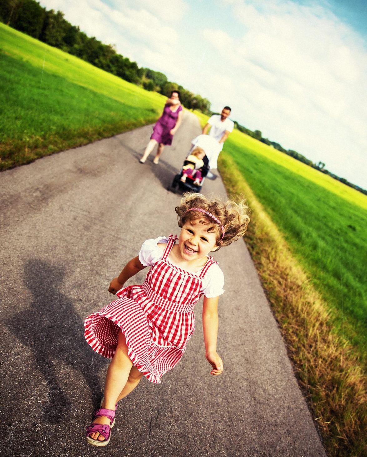 skop: familienfotoshooting beim spaziergang in ffb