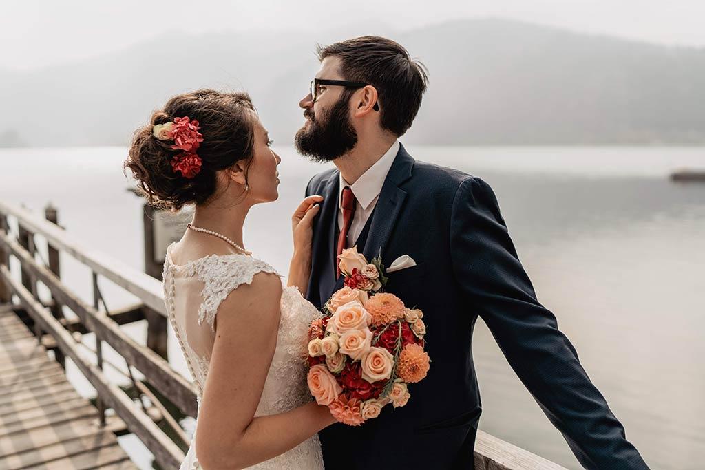 Brautpaar auf einem Steg am Schliersee